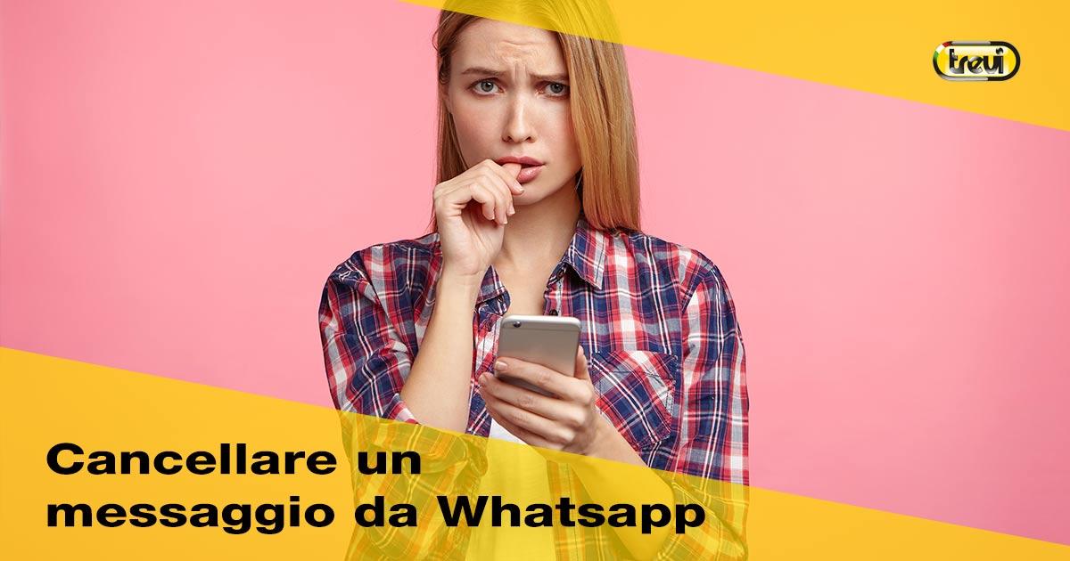 Come cancellare un messaggio da Whattsapp: ragazza che si morde le dita